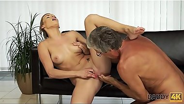 DADDY4K. Sexe avec son p&egrave_re apr&egrave_s la piscine