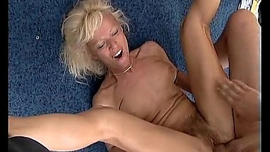 Nasty mature woman gets her wet cunt